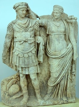 Agripinila coronando a su hijo Nerón (Museo de Afrodisia -Turquía-)