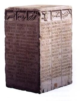 Prisma cuadrangular de alabastro. En cada cara tres filas con los meses del año encabezados por signos del zodiaco.
